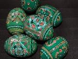 Pisanka drewniana, zielona. Motyw ukrai�ski (2)
