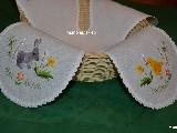 Serwetka ręcznie haftowana do koszyczka, motyw wielkanocny kurczak i zając