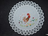 Serwetka z motywem wielkanocnym, ręcznie haftowana, wykończona ręcznie koronką (kz-2)