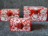 Trzy skrzyneczki drewniane ręcznie malowane, wzór kujawski, czerwono-białe